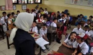 seorang-guru-sedang-mengajar-para-siswa-ilustrasi-_131212121152-252