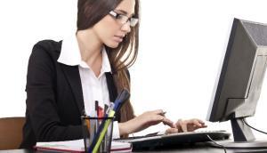 273895_ilustrasi-wanita-bekerja-dengan-komputer_663_382