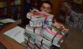 petugas-menata-buku-buku-kurikulum-2013-yang-dikemblikan-siswa-kepada-_141216112458-260