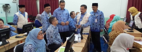 SERIUS: Menteri Pendidikan dan Kebudayaan Anies Baswedan meninjau pelaksanaan Uji Kompetensi Guru (UKG) 2015 di Jakarta, kemarin. Anies didampingi Dirjen Guru dan Tenaga Kependidikan Sumarna Surapranata.